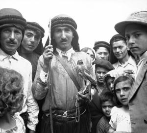 Alauíta falcoeiro da década de 1930 com os demais aldeões.